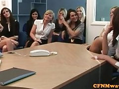 Babes z biura kobiecego CFNM żądają zobaczyć koguta
