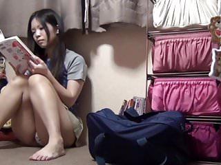 亚洲女孩手指她的阴部