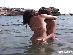 Junge deutsche Lesben am öffentlichen Strand