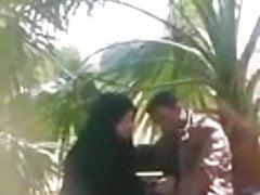 mamada hijab en jardín público