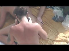 Ragazza con la spina nel culo posa per un ragazzo in una spiaggia pubblica