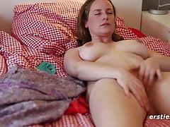 Nicole ociera owłosioną cipkę do orgazmu - poważna