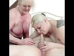 Deux vieilles femmes jouant avec le pénis de vieux papy
