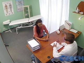 捷克醫生親密地檢查一個已婚婦女