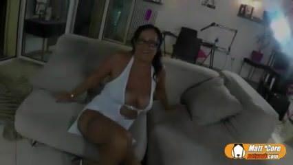 Телка мастурбирует перед веб камерой