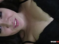 La bella ragazza dà un primo piano mentre si masturba