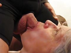 Graue behaarte Oma Blowjob