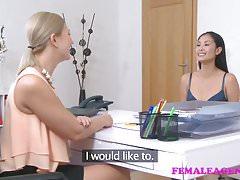 Agente femminile Sexy modella asiatica lecca e assaggia il suo primo pus