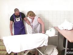 Joven perro alemán se folla a la abuela suiza en el sótano