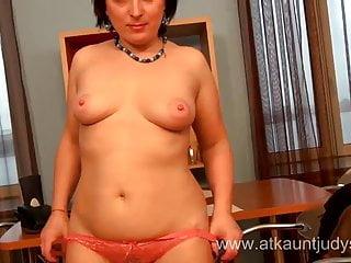 成熟的秘書米拉顯示她的陰部和山雀