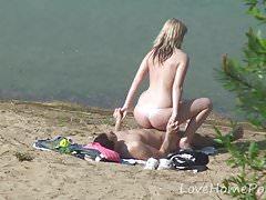La giovane coppia ama scopare in spiaggia
