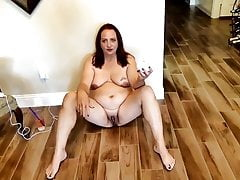 Slut Ann děvka jedí cigaretový popel.