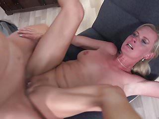 性感的成熟媽媽他媽的年輕骯髒的兒子
