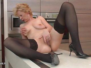 醜陋的成熟蕩婦喜歡在她的廚房里手淫