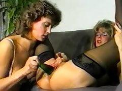 lesbiana follada con una botella