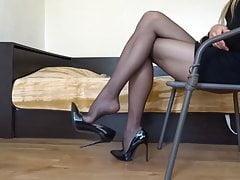 Meine schwarzen Stiletto-High Heels mit schwarzem Strumpf baumeln lassen