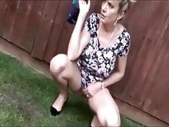 Sonia arrose le jardin