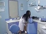 una joven soltera que trabaja dentista