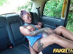 Fake Taxi Busty blond króliczek z tatuażem Milf dostaje anal