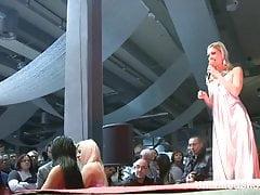 Slutty Stripper sitzt auf einem massiven Dildo