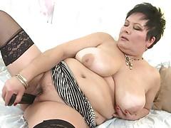 Una mamma matura e bollente con tette enormi e vagina affamata