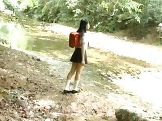 ira Mihana在去学校的路上