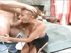 Trentenaire gicle pendant une baise rude