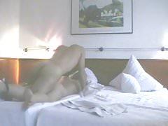 Tyłek Brigitte fucked przez nieznajomego podczas filmów męża