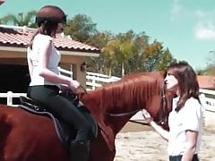 lesbijskie wakacje w szkole jazdy konnej