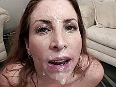 Sexy MILF obtiene un facial Blowbang desordenado