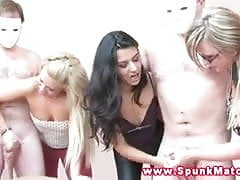 Sluts CFNM se unem para fazer garanhões cum de masturbação