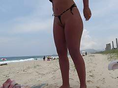 Die ungezogene Frau neckt in knappen Bikini