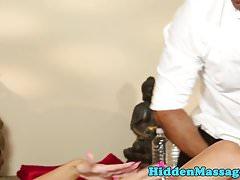Petite Massage Babe saugt Hahn auf den Knien