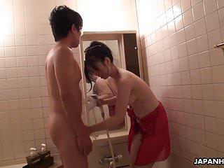 他性感的亚洲妻子Yuka吃了她的阴部