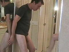 Moglie marito ballbusting con cuckold tacco alto