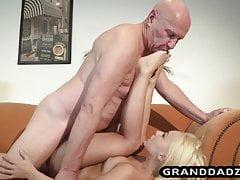 Stary facet gospodyni pieprzy blondynkę i cieszy się lizaniem stóp