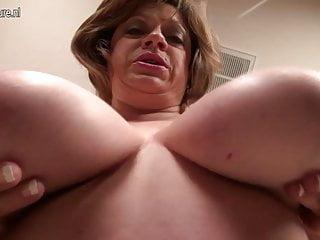 成熟的美國媽媽與下垂的大山雀