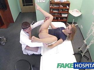 假醫院無辜的金發女郎讓醫生按摩