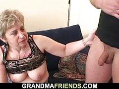 Sehr alte Frau schluckt zwei Schwänze nach der Masturbation