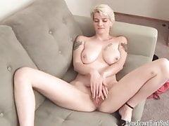 Sexy vollbusige Blondine massiert ihre haarige Muschi und ihren geschwollenen Kitzler