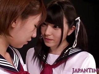 微小的亚洲女学生享受与喷射的女同性恋爱