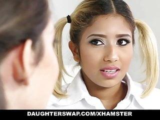 Daughterswap頑皮的學校女孩被老爸爸操