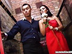 Jasmine Black w seksownej czerwonej sukience zostaje przybita do windy