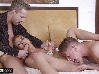 porno zadarmo - Glamkore - Cherry Kiss fucks her husband and his assistant