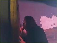 2 dívky zamknou chlápka a sdílejí ho přes díru