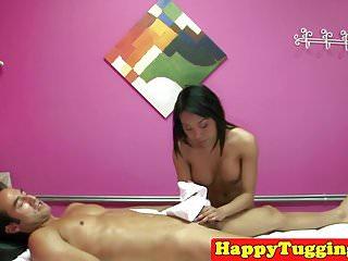 在spycam手淫公雞的大乳房亞洲女按摩師