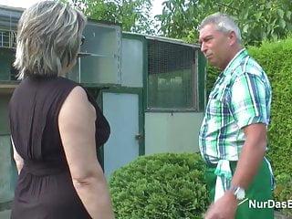 德國爺爺和奶奶他媽的很難在花園裡