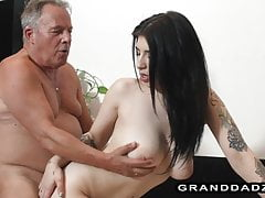 Nach der Arbeit wund, will die vollbusige Nichte einen Schwanz vom Opa