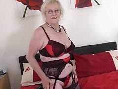 Alte britische Oma mit sehr hungriger Vagina