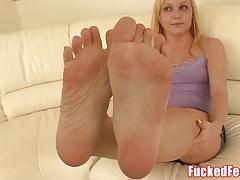Amatorska nastolatka Heather daje pierwszy footjob dla Fucked Feet!